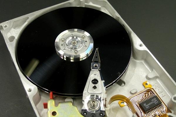 HDDの内部写真でデータ記録領域を表示